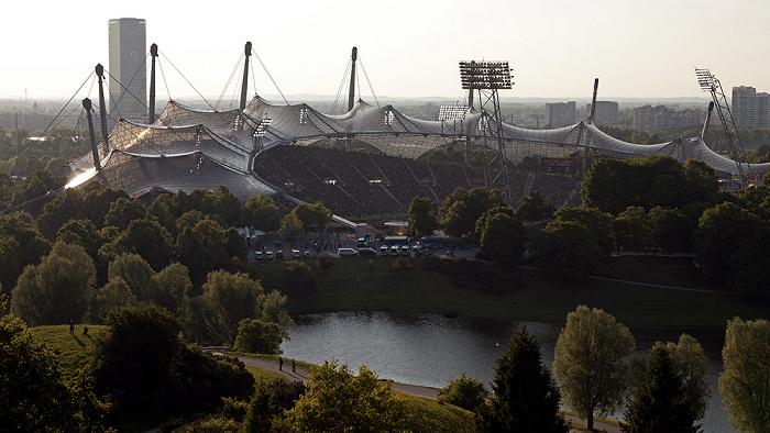 Blick vom Olympiaberg: Olympiapark mit Olympiastadion und Olympiasee München 2012