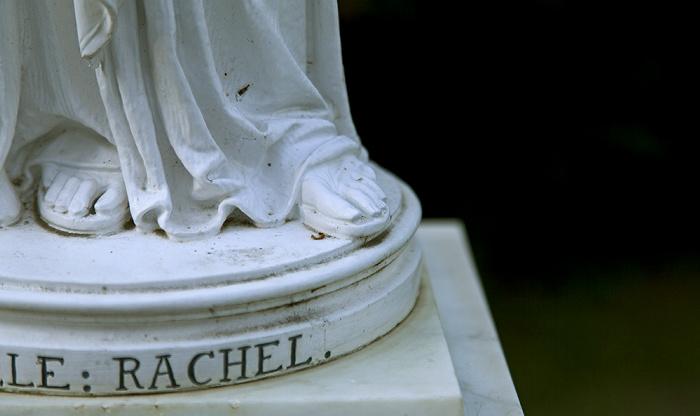 Berlin Pfaueninsel: Statuette der Schauspielerin Rachel - Zehen