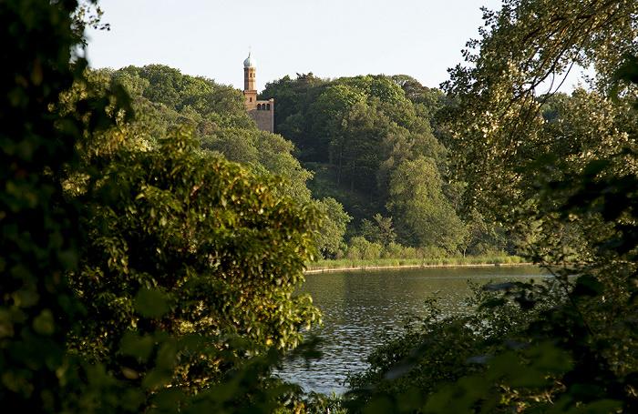 Berlin Pfaueninsel: Blick zu St. Peter und Paul auf Nikolskoe in Wannsee