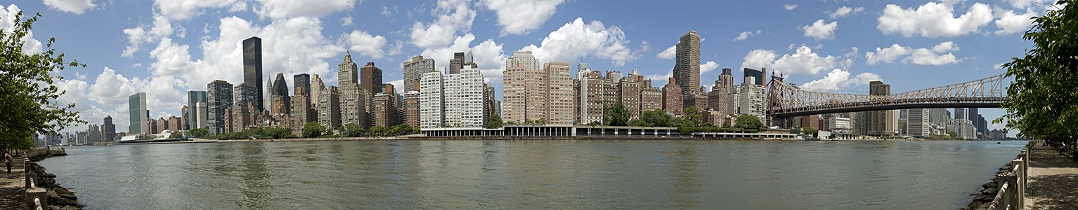 New York City Blick von Roosevelt Island auf East River, Manhattan und Queensboro Bridge