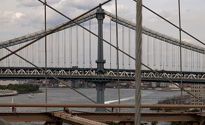 Blick von der Brooklyn Bridge: Manhattan Bridge und East River New York City