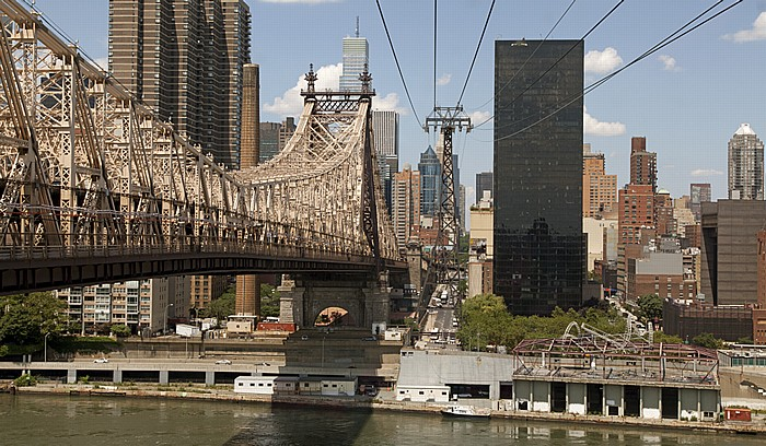 Blick aus der Roosevelt Island Tramway: Manhattan und die Queensboro Bridge. New York City