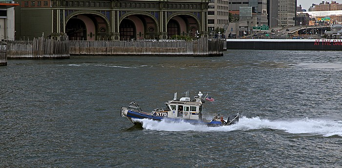 New York City Blick von der Staten Island Ferry: NYPD-Boot in der Upper Bay Battery Maritime Building