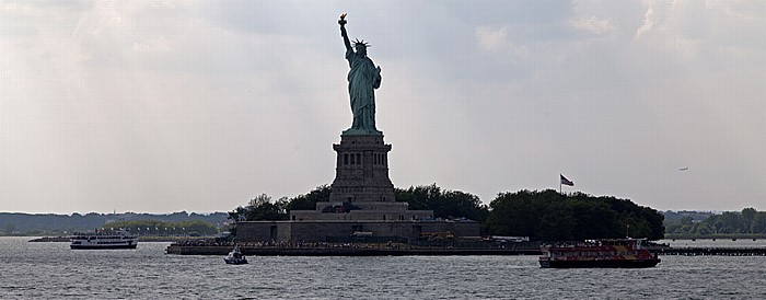 Blick von der Staten Island Ferry: Upper Bay und Liberty Island mit der Freiheitsstatue New York City