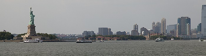 New York City Blick von der Staten Island Ferry: Upper Bay Ellis Island Freiheitsstatue Goldman Sachs Tower Liberty Island