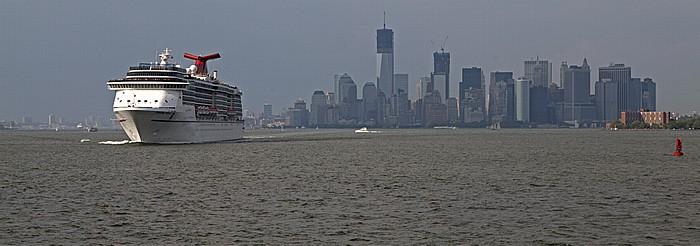 Blick von der Staten Island Ferry: Upper Bay mit dem Kreuzfahrschiff Carnival Miracle und Lower Manhattan New York City