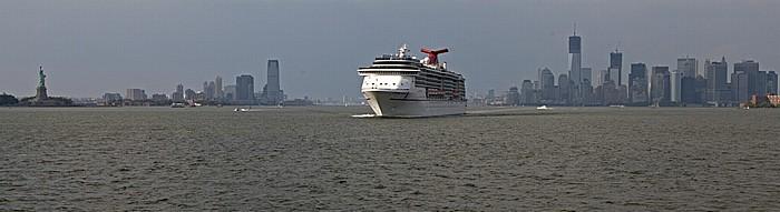 New York City Blick von der Staten Island Ferry: Upper Bay mit dem Kreuzfahrschiff Carnival Miracle Freiheitsstatue Goldman Sachs Tower Governor's Island Hudson River Liberty Island Manhattan