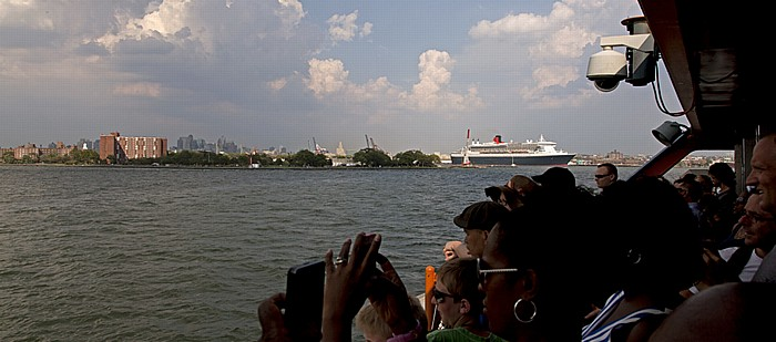 Blick von der Staten Island Ferry: Upper Bay mit dem Transatlantikliner Queen Mary 2 und Brooklyn New York City