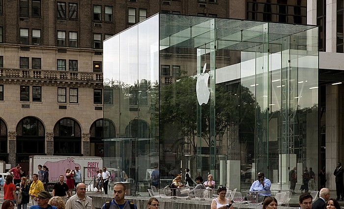 Grand Army Plaza: Eingang zum (unterirdischen) Fifth Avenue Apple Store New York City
