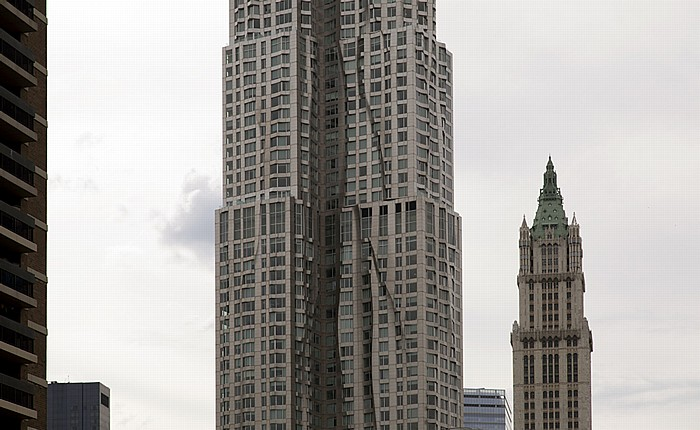 New York City Civic Center: 8 Spruce Street (Beekman Tower, New York by Gehry) und Woolworth Building (rechts)