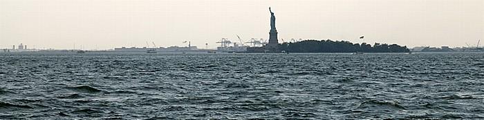 New York City Blick vom Battery Park: Upper Bay mit Liberty Island und der Freiheitsstatue