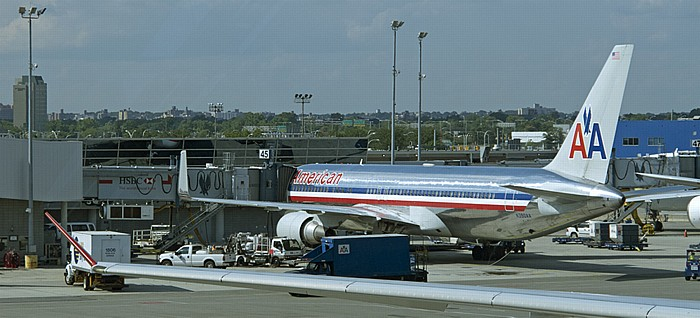 New York John F. Kennedy International Airport, Terminal 8: Flugzeug von American Airlines