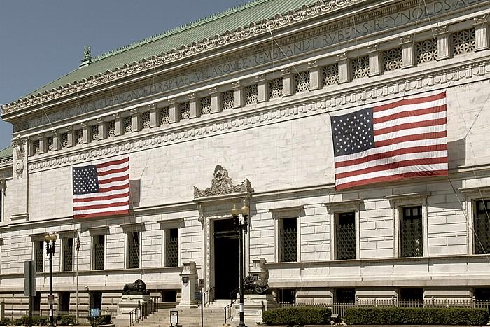 Foggy Bottom: Corcoran Gallery of Art mit US-amerikanischen Flaggen Washington, D.C.