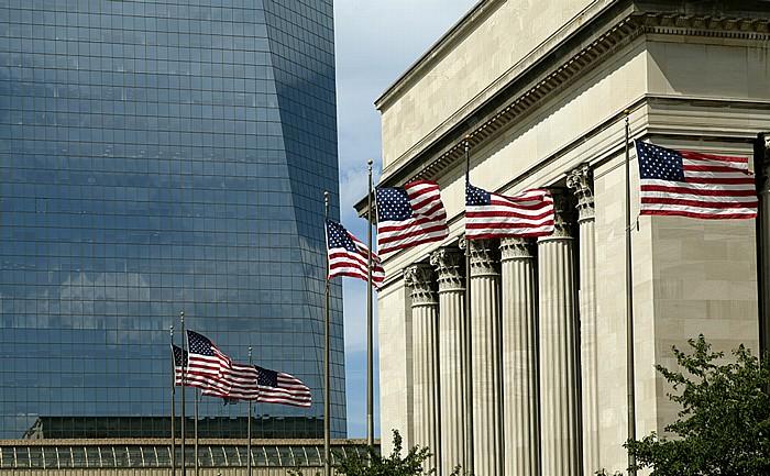 Philadelphia University City: Cira Centre und 30th Street Station, US-amerikanische Flaggen