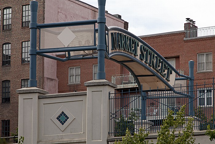 Philadelphia Old City: Market Street - Market Street Sign (Penn's Landing Sign)