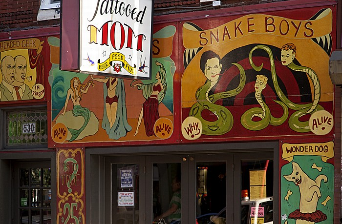 Philadelphia South Street: Restaurant Tatooed Mom