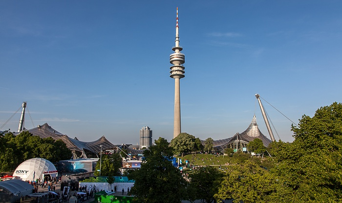 Blick vom Olympiastadion (v.l.): Olympiahalle, BMW-Hochhaus, Olympiaturm, Olympiaschwimmhalle München 2012