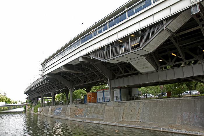 Berlin Kreuzberg: Landwehrkanal, Hallesches Ufer, U-Bahnhof Hallesches Tor (Hochbahnhof der Linie U1) Mehringbrücke