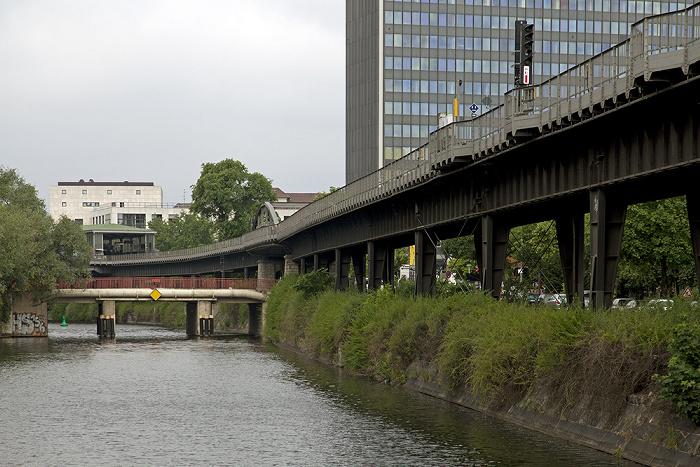 Berlin Kreuzberg: Landwehrkanal, Hallesches Ufer, U-Bahnlinie U1 (Hochbahn) Postbank-Hochhaus