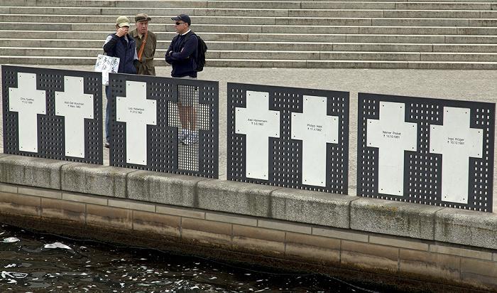 Berlin Tiergarten (Regierungsviertel): Gedenkort Weiße Kreuze am Spreeufer auf dem Friedrich-Ebert-Platz Berliner Mauer Gedenkort Weiße Kreuze