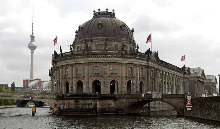 Mitte (v.l.): Spree, Monbijoubrücke, Museumsinsel (mit Bode-Museum und Pergamonmuseum), Kupfergraben Berlin 2012