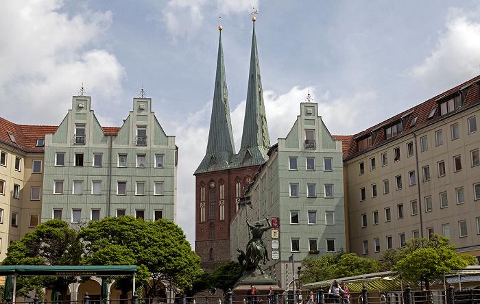 Berlin Mitte: Nikolaiviertel mit Nikolaikirche Bronzestatue Heiliger St. Georg