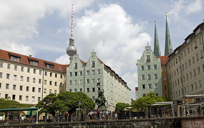 Berlin Mitte: Nikolaiviertel Bronzestatue Heiliger St. Georg Fernsehturm Nikolaikirche