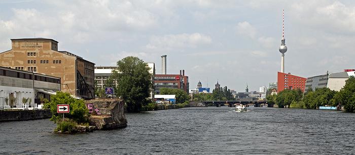 Berlin Kreuzberg (links) / Friedrichshain: Spree Brommybrücke Fernsehturm Mitte Schillingbrücke