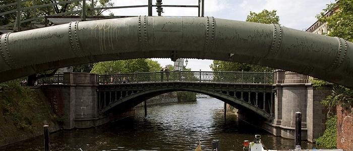 Berlin Kreuzberg: Admiralbrücke über den Landwehrkanal