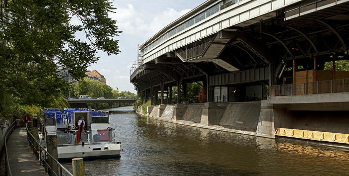 Berlin Kreuzberg: Tempelhofer Ufer, Landwehrkanal, U-Bahnhof Hallesches Tor (Hochbahnhof der Linie U1) Mehringbrücke