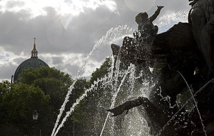Berlin Mitte: Neptunbrunnen Berliner Dom