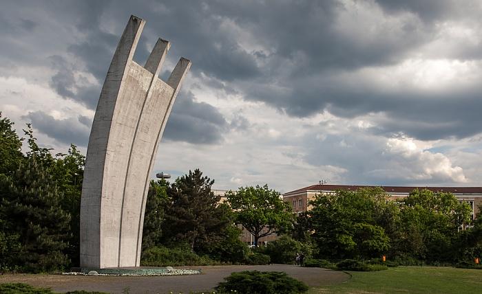 Luftbrückendenkmal vor dem Flughafen Tempelhof Berlin 2012