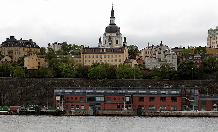 Fähre Stockholm - Vaxholm: Södermalm mit der Katarina kyrka (Katarinakirche) Birkaterminalen