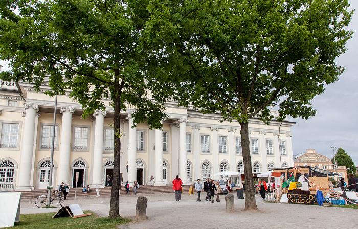 Kassel Friedrichsplatz: 2 der 7000 Eichen mit Basaltsteinen (von Joseph Beuys) - documenta 7 Fridericianum