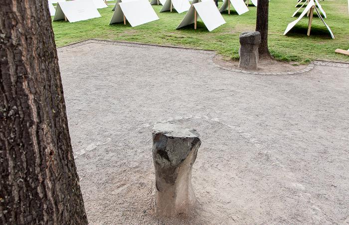 Kassel Friedrichsplatz: 2 der 7000 Eichen mit Basaltsteinen (von Joseph Beuys) - documenta 7