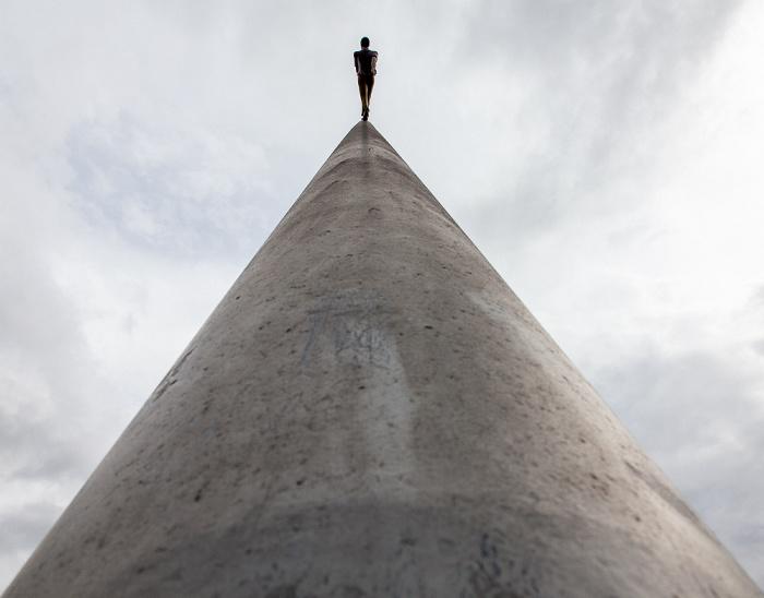 Kassel Bahnhofsplatz: Man walking to the sky (von Jonathan Borofsky) - documenta IX Skulptur Man walking to the sky