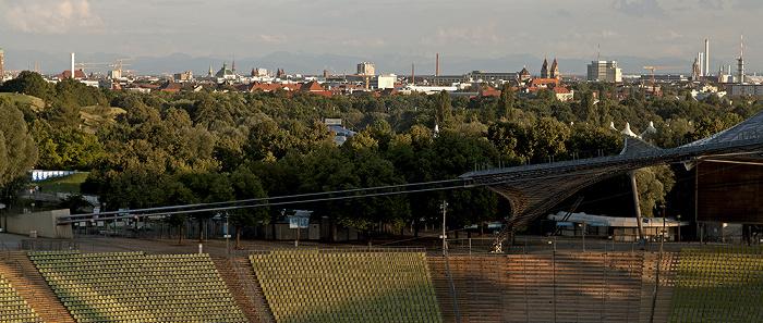 Blick vom Zeltdach des Olympiastadions: Olympiapark, Stadtzentrum und Alpen München