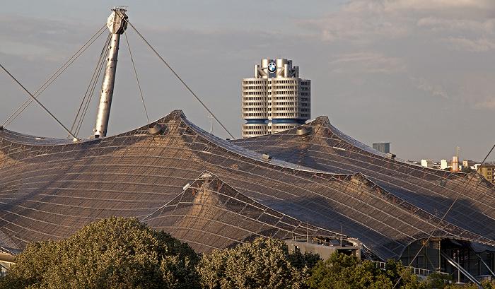 Blick vom Zeltdach des Olympiastadions: Olympiahalle und BMW-Hochhaus München