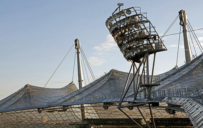 München Olympiastadion: Zeltdach und Flutlichtmast