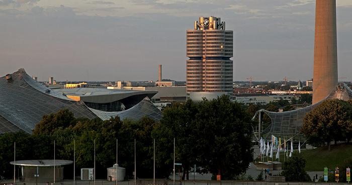 München Blick vom Zeltdach des Olympiastadions: Olympiahalle, BMW Welt, BMW-Museum und BMW-Hochhaus