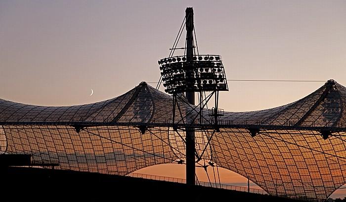 München Olympiastadion: Sonnenuntergang und Mondaufgang hinter dem Zeltdach