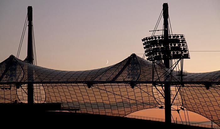 Olympiastadion: Sonnenuntergang und Mondaufgang hinter dem Zeltdach  München