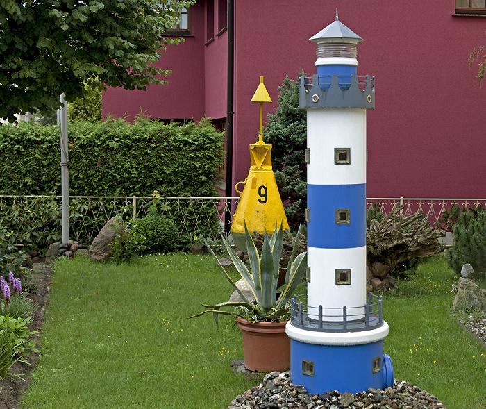 Ahlbeck Lindenstraße: Boje und Leuchtturm im Garten