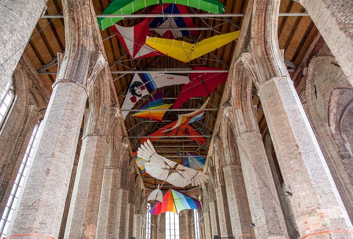 """Anklam Nikolaikirche: Gleitschirmdrachen (von der ehem. Ausstellung """"Ikarus – Der fliegende Mensch"""")"""