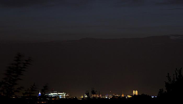 München Blick vom Ostparkhügel: Münchner Innenstadt bei Nacht