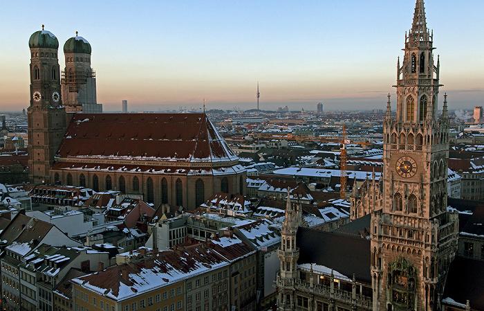 Blick von St. Peter (Alter Peter): Frauenkirche und Neues Rathaus München