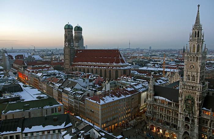 Blick von St. Peter (Alter Peter): Altstadt - Frauenkirche und Neues Rathaus München