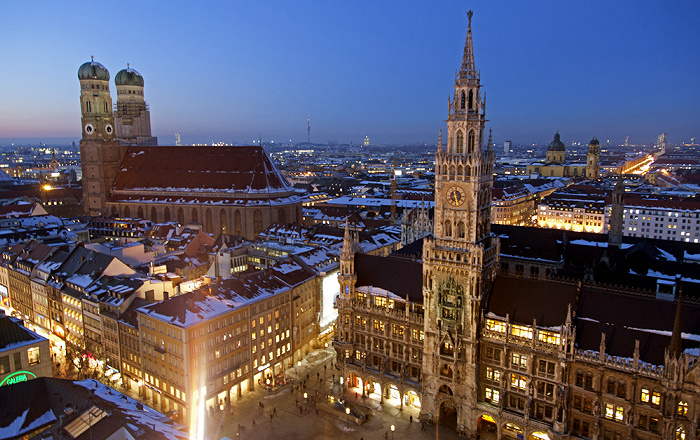 Blick von St. Peter (Alter Peter): Altstadt - Frauenkirche und Neues Rathaus München 2013