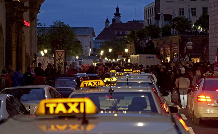 Altstadt: Taxi-Stau in der Sparkassenstraße München