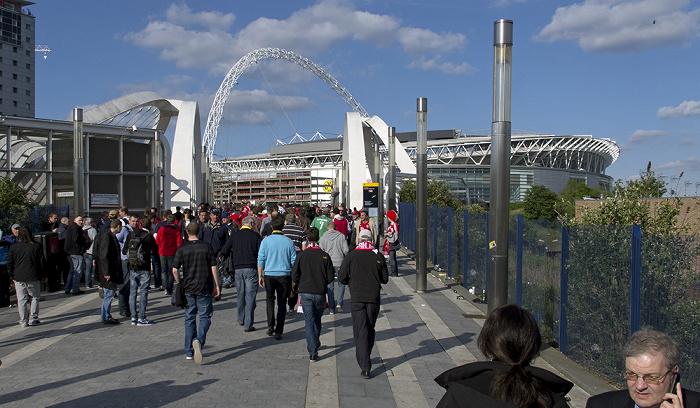 London Wembley Park: White Horse Bridge (über dem Wembley Stadium Railway Station) Wembley-Stadion
